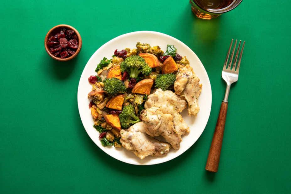 Tallrik med kyckling och tillagade grönsaker