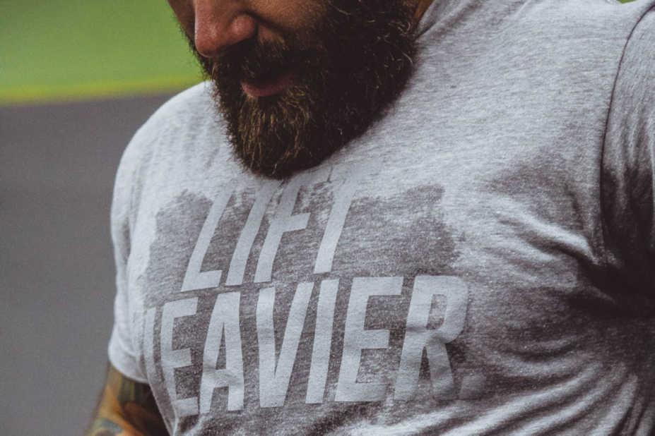 Man med skägg som svettas efter träning