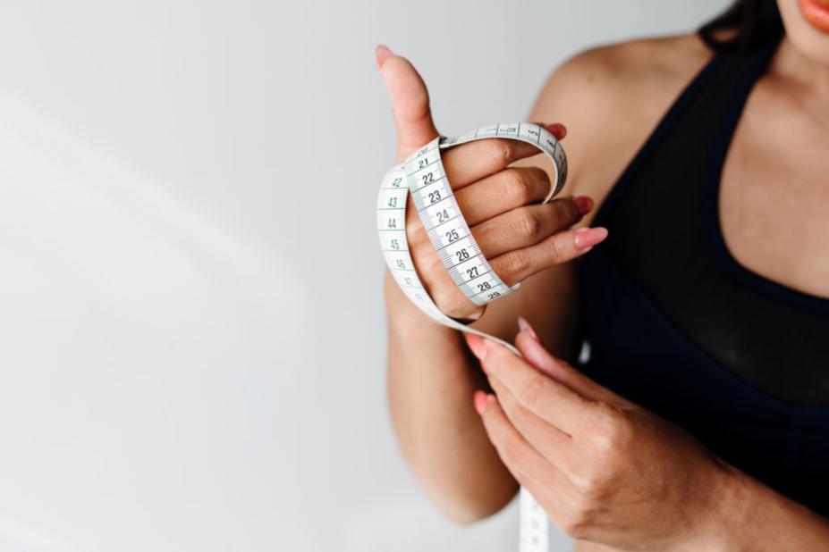 Kvinna med måttband i handen