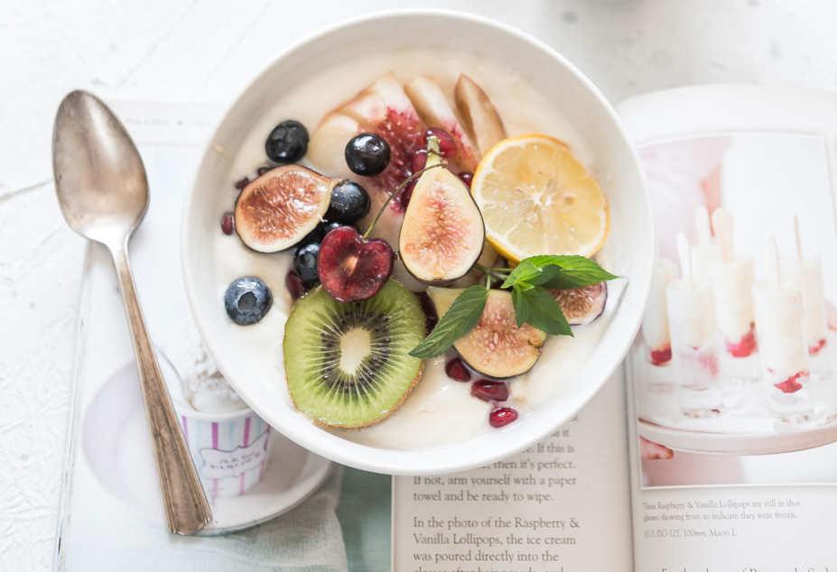 Kvarg i skål med blandad frukt