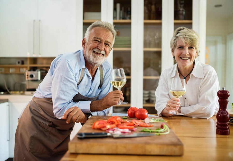 par över sjuttio lagar mat och dricker vin